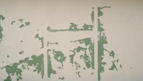 Άσπρη πτώση χρωμάτων ενός πράσινου τοίχου gips Στοκ Εικόνες