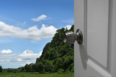 Άσπρη πόρτα ανοικτή στη φύση και το κενό διάστημα για το κείμενο ή πρώτο πλάνο με το ψαλίδισμα της πορείας και την αλλαγή του υπο Στοκ Εικόνες