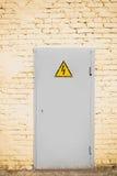 Άσπρη πόρτα μετάλλων στον κίτρινο τοίχο Στοκ φωτογραφία με δικαίωμα ελεύθερης χρήσης