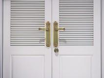 Άσπρη πόρτα με τη χρυσή διακόσμηση λαβών Στοκ φωτογραφίες με δικαίωμα ελεύθερης χρήσης