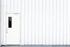 Άσπρη πόρτα, πόρτα βιομηχανίας, πόρτα ασφάλειας εξόδων Στοκ Εικόνα