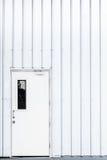 Άσπρη πόρτα, πόρτα βιομηχανίας, πόρτα ασφάλειας εξόδων Στοκ φωτογραφία με δικαίωμα ελεύθερης χρήσης