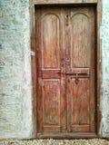 Άσπρη πόρτα τοίχων και ξύλων καρυδιάς στοκ φωτογραφίες