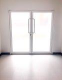 Άσπρη πόρτα Στοκ φωτογραφία με δικαίωμα ελεύθερης χρήσης