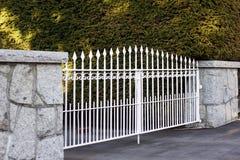 Άσπρη πύλη μετάλλων Στοκ φωτογραφία με δικαίωμα ελεύθερης χρήσης