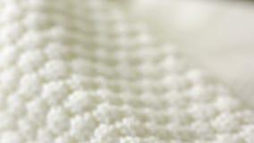 Άσπρη πλεκτή σύσταση μαλλιού Χρήση ως υπόβαθρο Κινηματογράφηση σε πρώτο πλάνο απόθεμα βίντεο