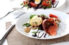 Άσπρη σάλτσα λεμονιών ελιών πιάτων σαλάτας σολομών στοκ φωτογραφία με δικαίωμα ελεύθερης χρήσης
