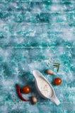 Άσπρη σάλτσα σε μια βάρκα ζωμού Στοκ φωτογραφία με δικαίωμα ελεύθερης χρήσης