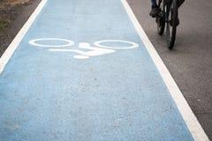 Άσπρη σημάδι ποδηλάτων ή ζωγραφική εικονιδίων για να δείξει το δρόμο για το ποδήλατο Στοκ Φωτογραφίες