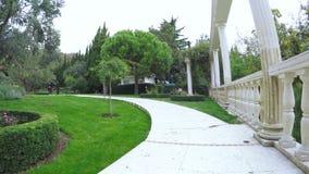 Άσπρη σκάλα γρανίτη στο πάρκο SPA απόθεμα βίντεο