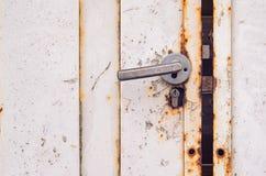 Άσπρη σκουριασμένη πόρτα μετάλλων Στοκ φωτογραφία με δικαίωμα ελεύθερης χρήσης
