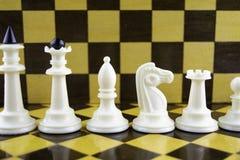 Άσπρη στάση κομματιών σκακιού στα πλαίσια μιας σκακιέρας στοκ φωτογραφία με δικαίωμα ελεύθερης χρήσης