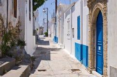 Άσπρη στενή οδός Koskinou, Ρόδος, Ελλάδα στοκ φωτογραφίες