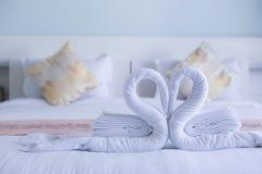 Άσπρη στριμμένη κύκνος μορφή καρδιών πετσετών Στοκ Φωτογραφία