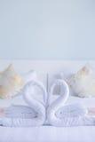 Άσπρη στριμμένη κύκνος μορφή καρδιών πετσετών Στοκ Εικόνες