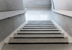 Άσπρη συγκεκριμένη σκάλα με τη ράγα μετάλλων Στοκ Φωτογραφίες