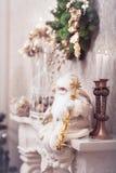Άσπρη συνεδρίαση Santa στην κλασσική εστία όμορφο πορτρέτο κοριτσιών φορεμάτων έννοιας που φορά τον άσπρο χειμώνα Στοκ φωτογραφία με δικαίωμα ελεύθερης χρήσης