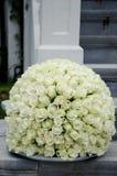 Άσπρη σφαίρα λουλουδιών κεντρικών τεμαχίων τριαντάφυλλων Στοκ φωτογραφία με δικαίωμα ελεύθερης χρήσης