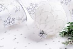 Άσπρη σφαίρα Χριστουγέννων, κλάδος έλατου και κορδέλλα τα Χριστούγεννα διακοσμούν τις φρέσκες βασικές ιδέες διακοσμήσεων Στοκ φωτογραφία με δικαίωμα ελεύθερης χρήσης
