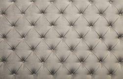 Άσπρη σχηματισμένη τούφες capitone σύσταση ταπετσαριών υφάσματος Στοκ φωτογραφίες με δικαίωμα ελεύθερης χρήσης