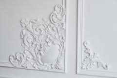 Άσπρη σχηματοποίηση τοίχων με τη γεωμετρική μορφή και το εξαφανιμένος σημείο Άσπρη bas-ανακούφιση σχεδίου τοίχων πολυτέλειας με τ Στοκ φωτογραφία με δικαίωμα ελεύθερης χρήσης