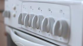 Άσπρη σόμπα αερίου στην κουζίνα φιλμ μικρού μήκους