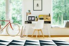 Άσπρη σύγχρονη καρέκλα στο γραφείο στοκ φωτογραφίες