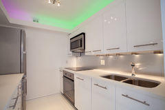 Άσπρη σύγχρονη κουζίνα Στοκ φωτογραφία με δικαίωμα ελεύθερης χρήσης
