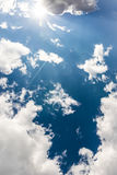 Άσπρη σύννεφων ηλιόλουστη ημέρα ιχνών αεροπλάνων φλογών ήλιων μπλε ουρανού χνουδωτή Στοκ εικόνες με δικαίωμα ελεύθερης χρήσης