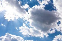 Άσπρη σύννεφων ηλιόλουστη ημέρα ιχνών αεροπλάνων φλογών ήλιων μπλε ουρανού χνουδωτή Στοκ Φωτογραφίες