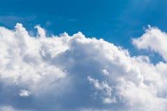 Άσπρη σύννεφων ηλιόλουστη ημέρα ιχνών αεροπλάνων φλογών ήλιων μπλε ουρανού χνουδωτή Στοκ εικόνα με δικαίωμα ελεύθερης χρήσης