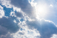 Άσπρη σύννεφων ηλιόλουστη ημέρα ιχνών αεροπλάνων φλογών ήλιων μπλε ουρανού χνουδωτή Στοκ φωτογραφία με δικαίωμα ελεύθερης χρήσης