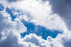 Άσπρη σύννεφων ηλιόλουστη ημέρα ιχνών αεροπλάνων φλογών ήλιων μπλε ουρανού χνουδωτή Στοκ φωτογραφίες με δικαίωμα ελεύθερης χρήσης