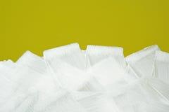 Άσπρη σύσταση κτυπημάτων βουρτσών στον κίτρινο τοίχο Στοκ φωτογραφίες με δικαίωμα ελεύθερης χρήσης