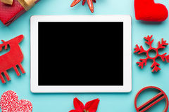 Άσπρη ταμπλέτα δώρων με τη σφαίρα Χριστουγέννων, το κιβώτιο και την κόκκινη αλυσίδα στοκ φωτογραφία με δικαίωμα ελεύθερης χρήσης