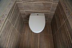 Άσπρη τουαλέτα με το καπάκι κλειστό Κύπελλο τουαλετών στην τουαλέτα Τουαλέτα στην τουαλέτα, άποψη από την κορυφή στοκ εικόνες