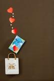 Άσπρη τσάντα πορσελάνης, μπλε κιβώτιο με το δώρο ημέρας βαλεντίνων και καρδιές Στοκ Εικόνα