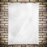 Άσπρη τσαλακωμένη αφίσα ορθογωνίων προτύπων στο τουβλότοιχο grunge Στοκ φωτογραφία με δικαίωμα ελεύθερης χρήσης