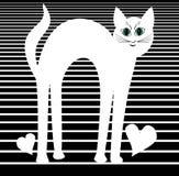 Άσπρη υπερρεαλιστική γάτα με τα πράσινα μάτια στο ριγωτό υπόβαθρο με δύο καρδιές Στοκ Εικόνες
