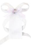 Άσπρη υφαμένη ετικέττα δώρων με το γκρίζο τόξο κορδελλών Στοκ Φωτογραφία