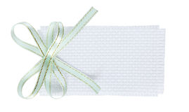 Άσπρη υφαμένη ορθογώνιο ετικέττα δώρων με το πράσινο τόξο κορδελλών μεντών Στοκ εικόνα με δικαίωμα ελεύθερης χρήσης