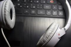 Άσπρη φωτογραφία ακουστικών Στοκ Φωτογραφίες