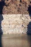 Άσπρη χαμηλή λουρίδα σταθμών ύδατος στους κόκκινους απότομους βράχους Στοκ Εικόνες