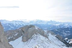 Άσπρη χιονίζοντας άποψη τοπίων βουνών στοκ φωτογραφία