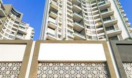 άσπρη χλεύη ψαλιδίσματος επάνω για τη διαφήμιση με κάποια διακόσμηση κάτω από το τεράστιο ψηλό κτίριο στοκ εικόνα με δικαίωμα ελεύθερης χρήσης