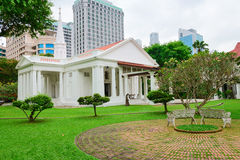 Άσπρη χριστιανική εκκλησία στον πράσινο κήπο Στοκ Εικόνες