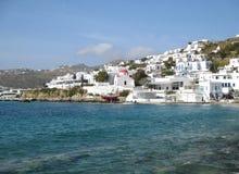 Άσπρη χρωματισμένη ελληνική αρχιτεκτονική νησιών στη βουνοπλαγιά του παλαιού λιμένα της Μυκόνου, νησί της Μυκόνου Στοκ Εικόνα