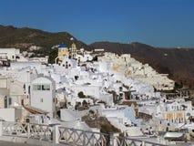 Άσπρη χρωματισμένη παραδοσιακή αρχιτεκτονική ύφους πέρα από caldera του νησιού Santorini Στοκ Φωτογραφίες