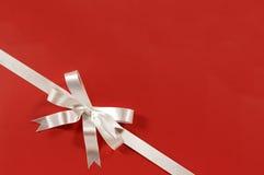 Άσπρη δώρων τόξων διαγώνιος γωνιών υποβάθρου εγγράφου κορδελλών κόκκινη στοκ φωτογραφίες με δικαίωμα ελεύθερης χρήσης