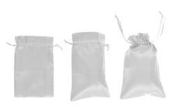 Άσπρη drawstring συσκευασία τσαντών που απομονώνεται Στοκ εικόνες με δικαίωμα ελεύθερης χρήσης